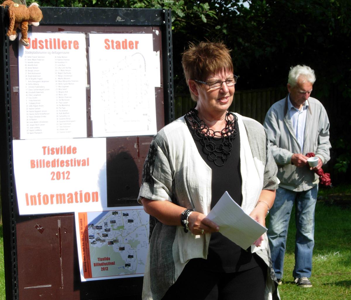 Ulla Dræby, formand for Gribskov Kommunes Kulturudvalg, holder åbningstale på Birkepladsen.